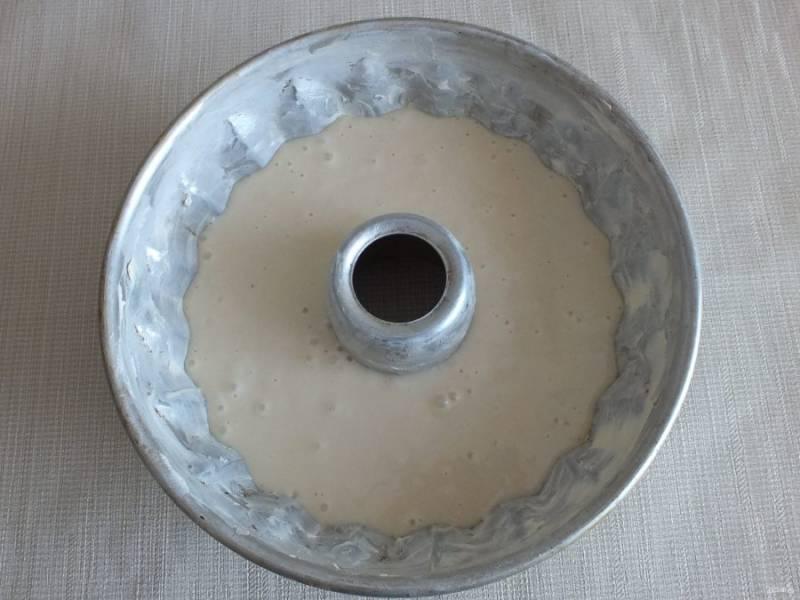Разогрейте духовку до 180 градусов. Смажьте форму для кекса (диаметр 26-28 см) маслом. Вылейте тесто в форму. Поставьте выпекаться кекс на 45 минут в разогретую духовку.