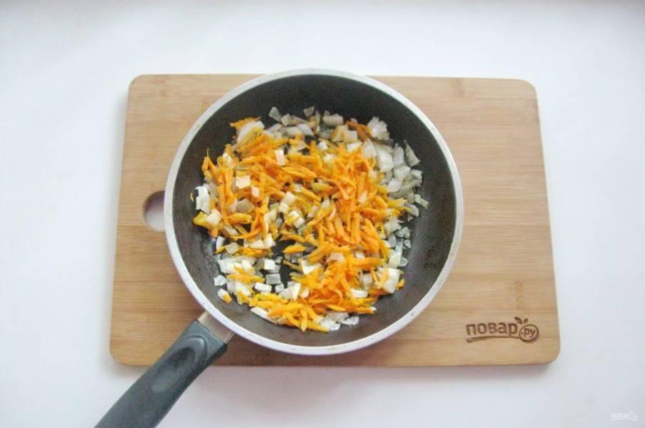 Пассеруйте овощи в сковороде 8-10 минут на небольшом огне.