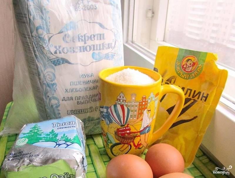 1. Приготовить вафельный рожок очень просто (тесто такое же, как и на классические вафельные трубочки): смешиваем растопленное сливочное масло, сахар, яйца и муку. Добавляем щепотку соли и замешиваем тесто без комков. По консистенции оно должно получиться как сметана. Для приготовления понадобится вафельница.