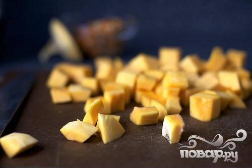 1. Разогреть духовку до 200 градусов. Очистить тыкву и извлечь семечки. Нарезать тыкву кубиками. Семечки промыть, обсушить и запечь на смазанном масле противне в духовке, посыпать солью.