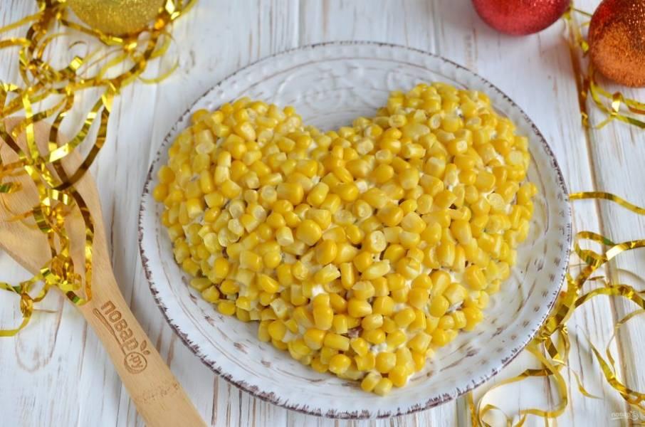 Оденьте салат в шубку из кукурузы. Салат готов! Настаиваться ему не нужно. Хороших праздников!