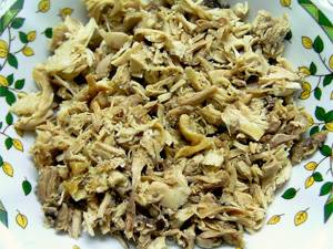 Отваренную курицу режем на мелкие кусочки.