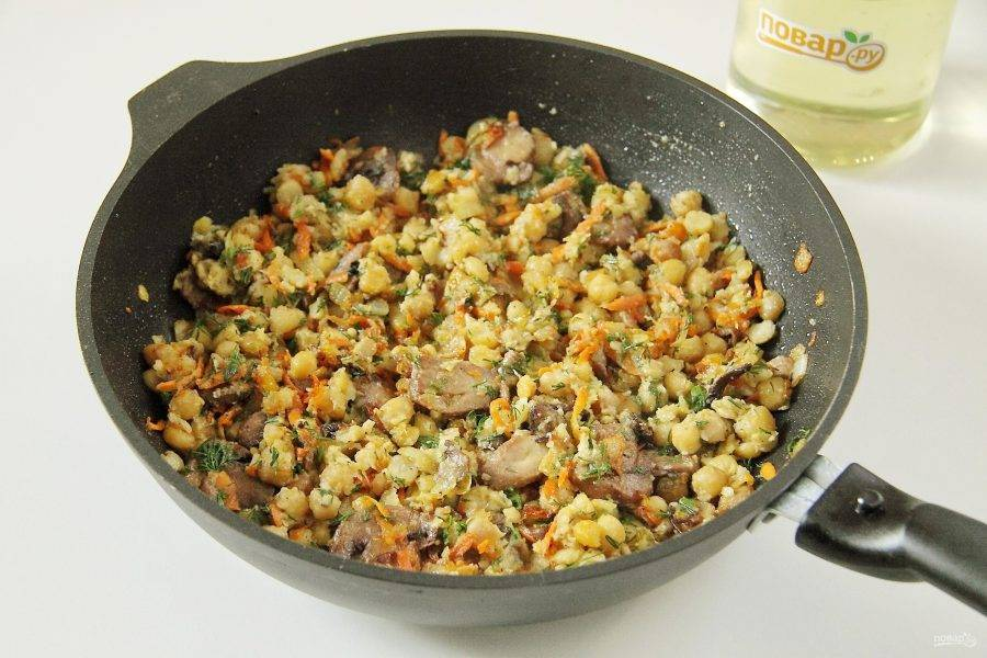 В конце добавьте нут, зелень, соль, перец по вкусу. Хорошо перемешайте и прогрейте около 5 минут. Нут с грибами готов.