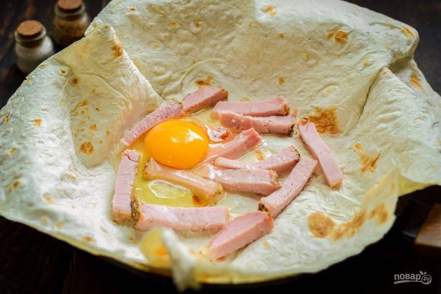 Вбейте куриное яйцо в сковороду.