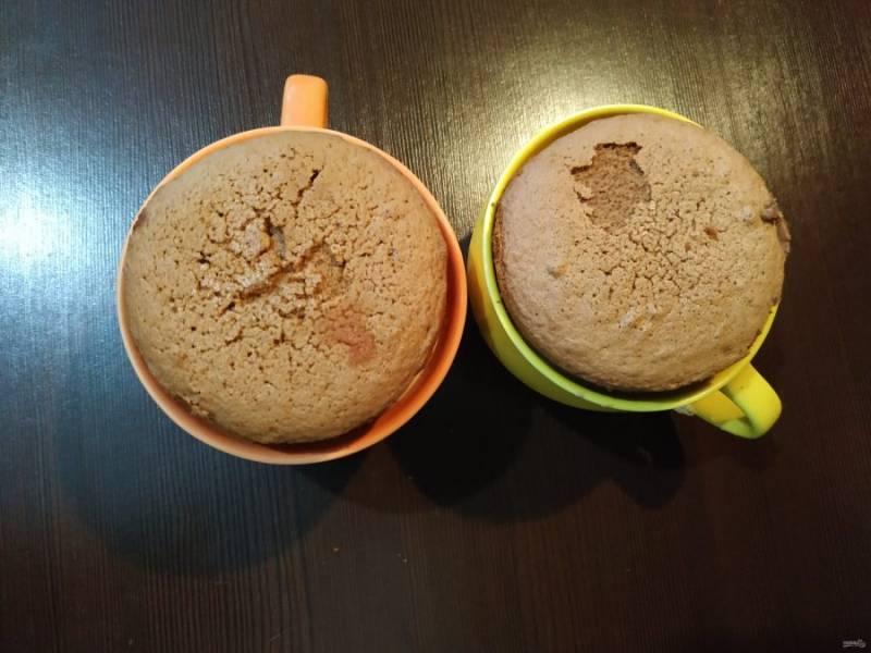 Бисквиты уложите сверху на йогуртовый слой, немного надавив рукой. Бисквит должен немного утонуть в йогурте. И снова минут на 20-30 поставьте в холод.