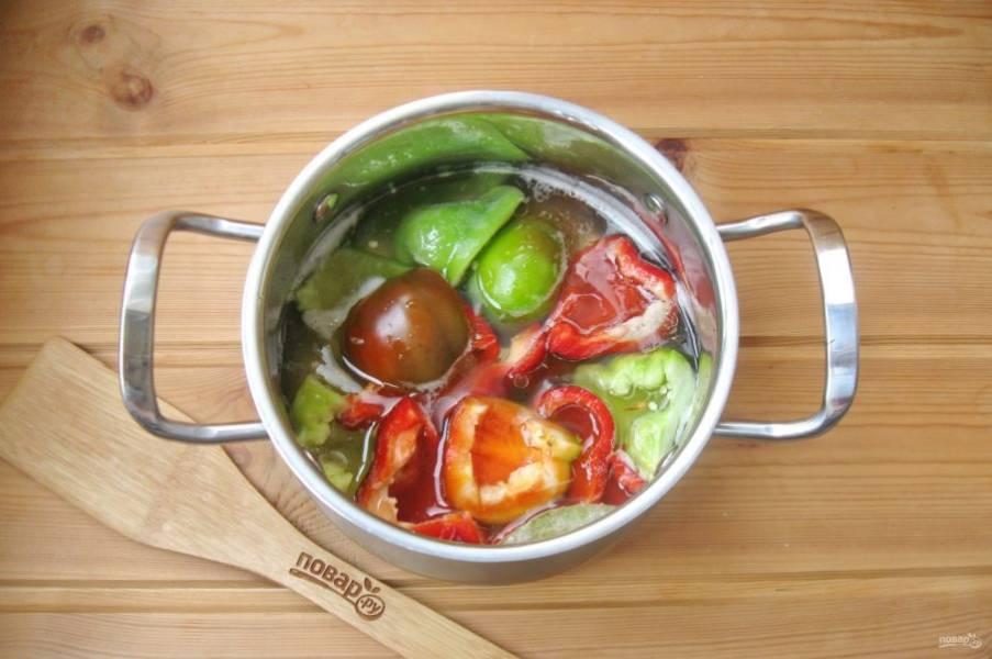 Нарежьте на 4-5 частей и выложите в горячий маринад. Варите на среднем огне 7-8 минут.