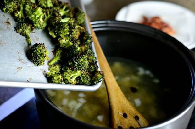 11. Отложить часть запеченных овощей, а остальные отправить в кастрюлю.