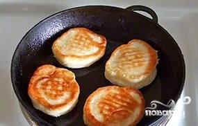 После этого разогрейте масло на сковороде, жарьте оладьи по 2-3 минуты с каждой стороны.