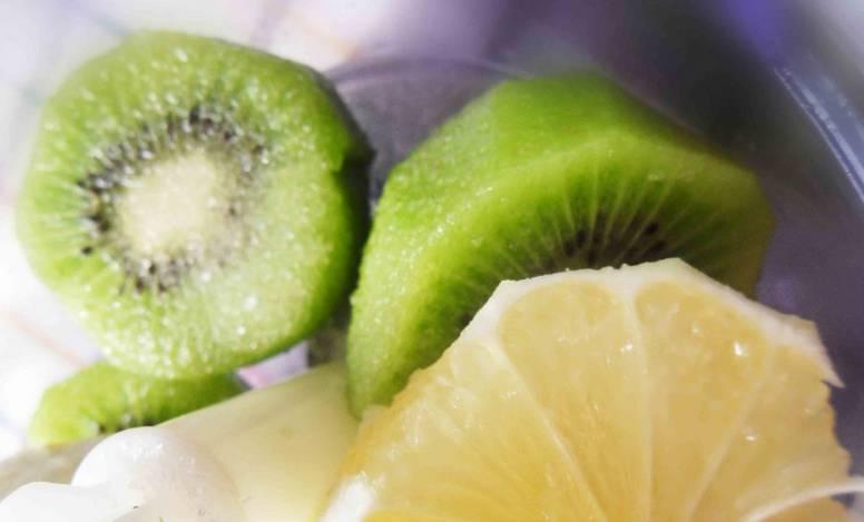 Лимон и киви промываем, очищаем от кожуры и нарезаем кубиками. Перемешиваем фрукты с сахаром и измельчаем в блендере. полученную массу можно еще раз процедить через сито.