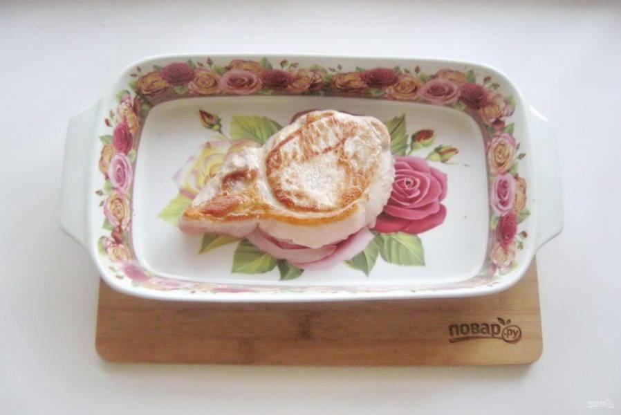 Форму для запекания смажьте маслом, и выложите корейку.