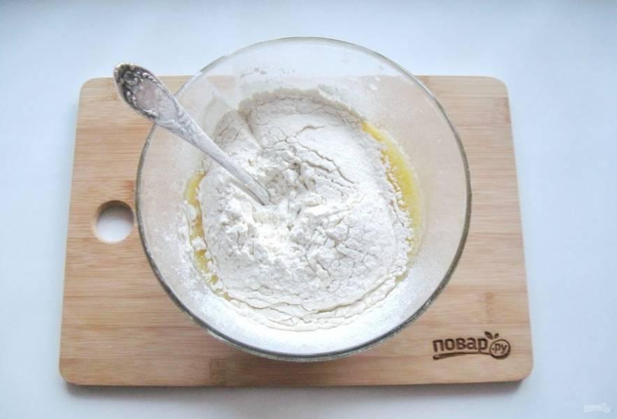 Всыпьте соль, остальные 3 столовые ложки сахара и просеянную муку.