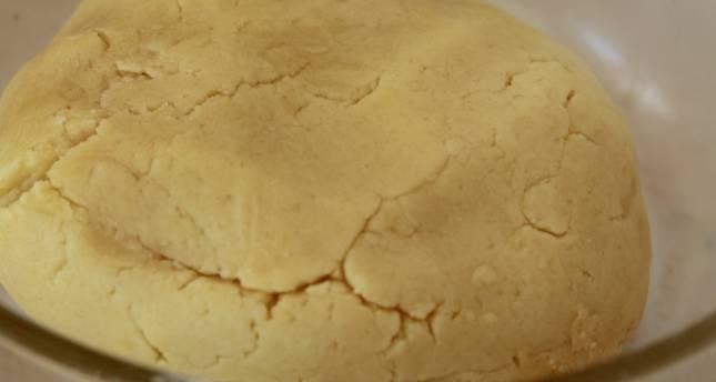 Просейте муку и разрыхлитель. Замесите тесто и отложите его в сторону на 10 минут.