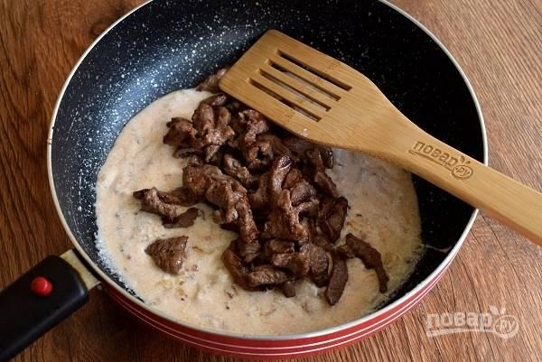 Положите мясо в соус, посолите и поперчите по вкусу. Перемешайте и тушите 5 минут до мягкости мяса.