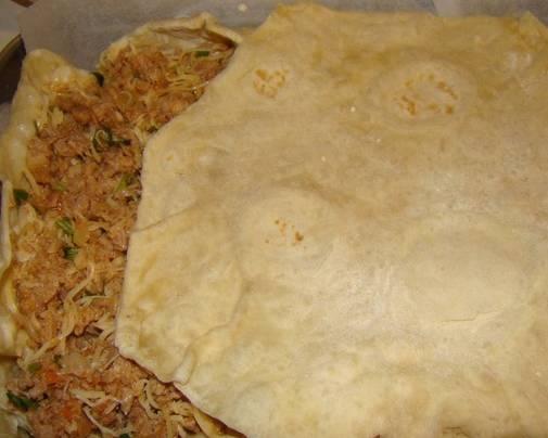 """2. Лаваш расстилаем в форме для запекания, обрезая лишнее, но оставляя """"бортики"""". Выкладываем начинку. Если лаваша много, чередуем пирог слоями: лаваш и начинку."""