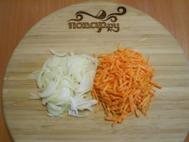 5. Лук и морковь нужно очистить, вымыть и мелко порезать.