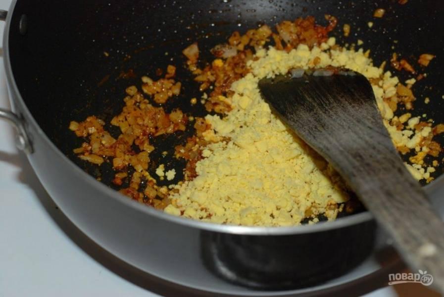 1. Обжарьте в сливочном масле измельченный лук и тертый имбирь до золотистости. После добавьте измельченные вареные желтки, куркуму, перец, чеснок и соль.