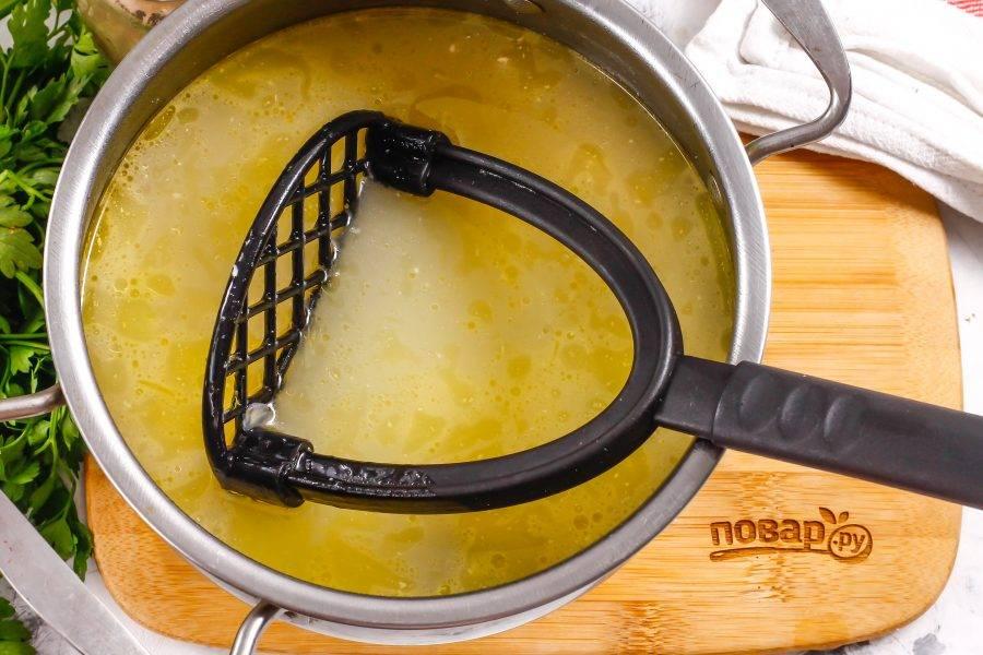Отварите суп еще 2-3 минуты и извлеките лавровые листья. Отпюрируйте содержимое емкости прессом для отварного картофеля. В этот момент можно добавить в суп немного молотого чеснока.