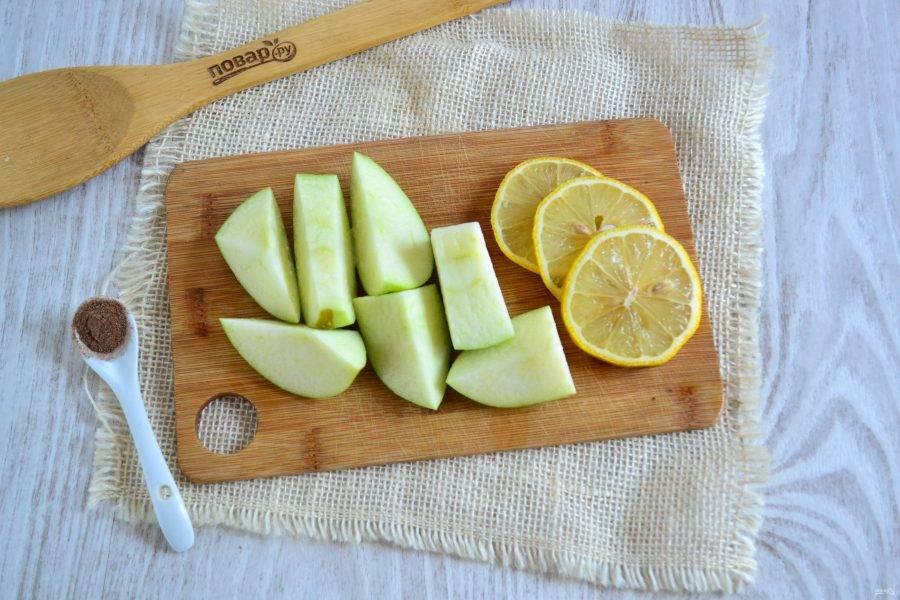Яблоко, не очищая, порежьте на небольшие куски. Лимон порежьте кружочками.