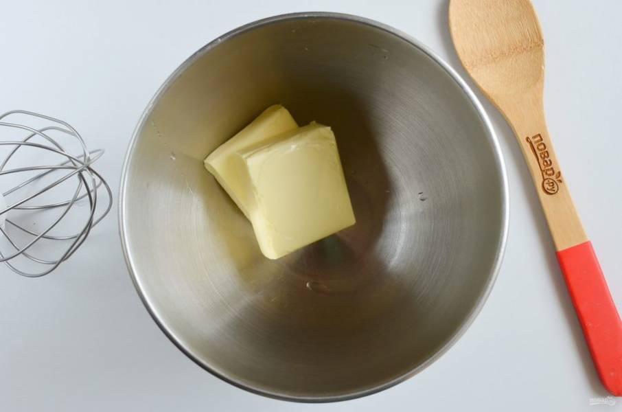 Пока бисквит полностью остынет, нужно приготовить крем. Выложите сливочное масло в чашу миксера. Взбивайте на максимальных оборотах минут 5-7, пока масса не станет воздушной.