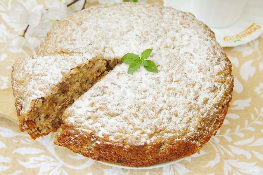 Готовый пирог немного остудите, а затем по желанию украсьте сахарной пудрой. Яблочный пирог от Марии Суровой готов.