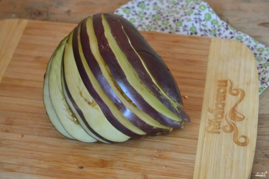 Баклажаны порежьте тонкими пластинами, не дорезая до конца 1 см, должен получиться веер.