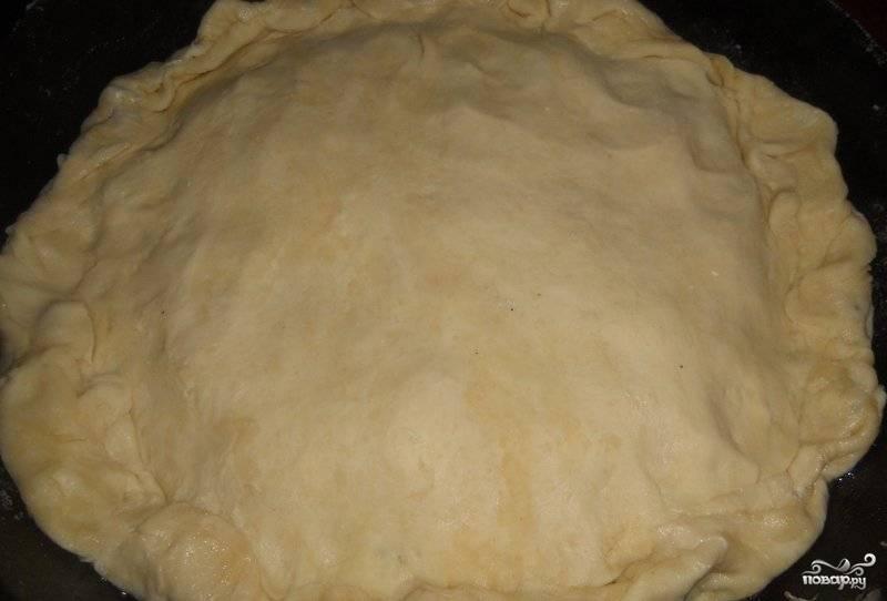 Второй частью теста накрываем пирог и соединяем края двух слоев теста.