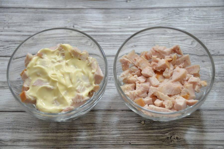 Соберите салат в индивидуальных бокалах-салатниках, нижним слоем выложите курицу, сделайте прослойку из майонеза.