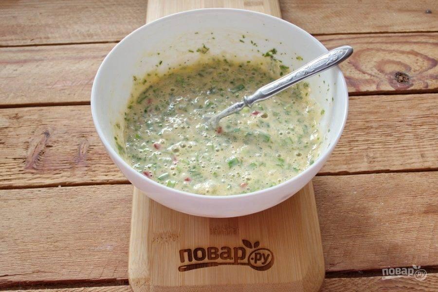 Добавьте немного сметаны или густого кефира, несладкого йогурта. Взбейте массу до однородности.