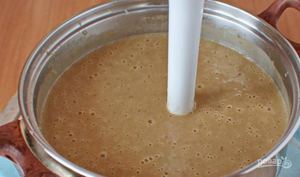 Готовый суп охладите немножко и взбейте до однородного состояния при помощи блендера. Затем добавьте воды, если понадобится. Бросьте немного орешков и подавайте к столу.