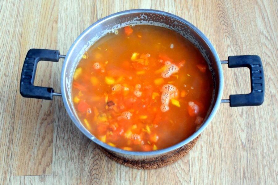 Выложите овощи в суп и дайте провариться 5 минут на медленном огне.