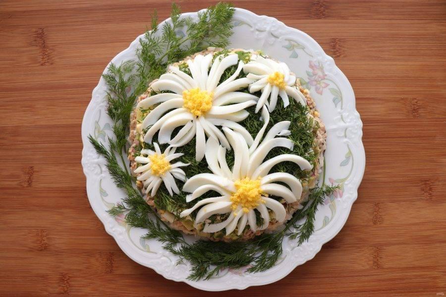 Укроп мелко нарежьте и присыпьте им салат. Оставшиеся яйца разделите на белок и желток. Желток измельчите, а белок нарежьте тонкими полосками. Украсьте салат цветами из яиц. Готовый салат уберите для пропитки в холодильник на 1 час. Приятного аппетита!
