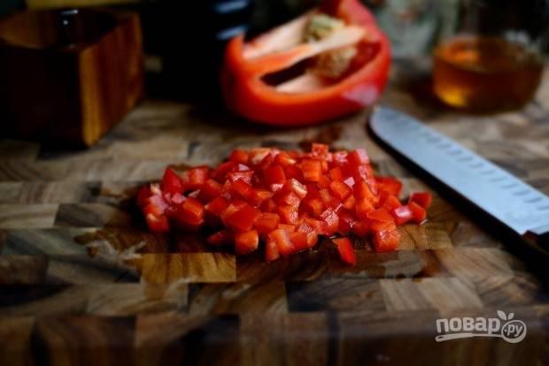 4. Нарежьте мелкими кубиками перец, кусочками - капусту и салат.