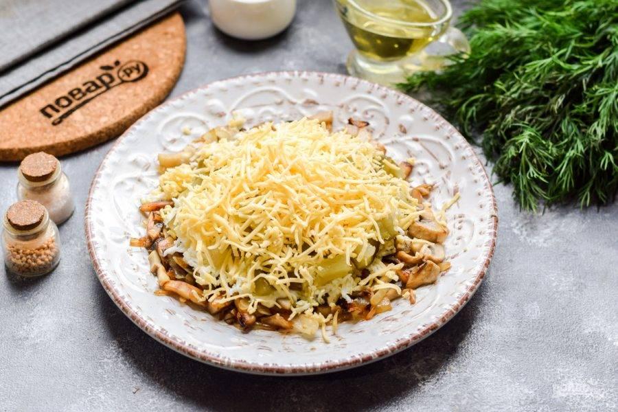 Твердый сыр натрите на мелкой терке и посыпьте салат — это будет завершающий слой. Вот и все, пропитайте салат часик и подавайте к столу.