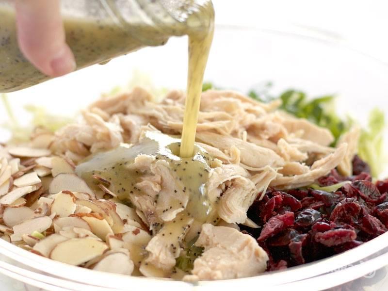 4.Поливаю приготовленной ранее заправкой салат.