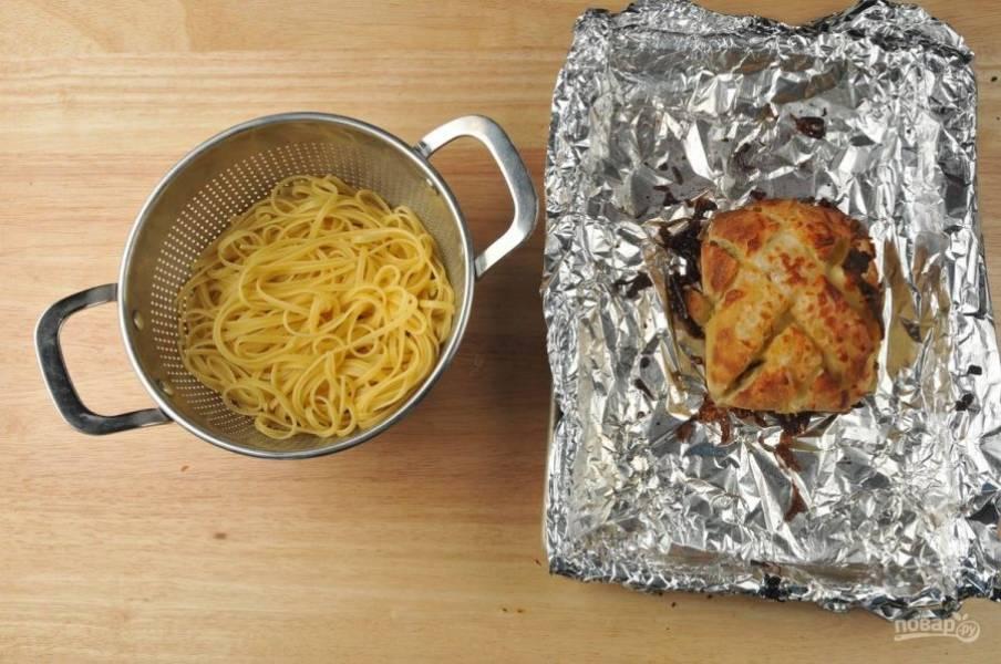 2. Затем на хлеб натрите сыр, сбрызните маслом, заверните его в фольгу. А потом отправьте в духовку на 7 минут при 190 градусах. Затем фольгу уберите и запекайте чиабатту ещё 2 минуты. В это время отварите лингвини в кипящей воде в течение 9 минут. Затем их промойте.