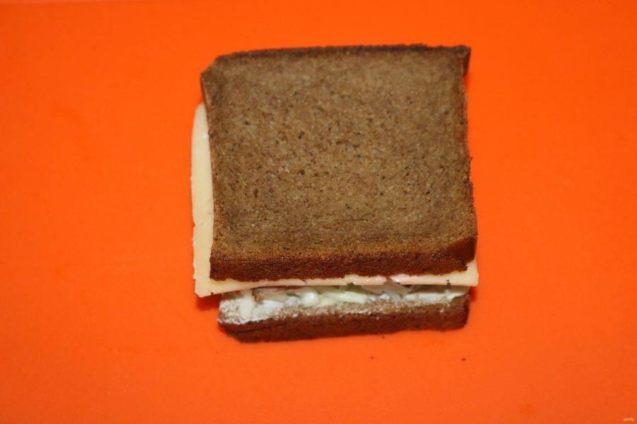 Соедените две половинки сэндвича.