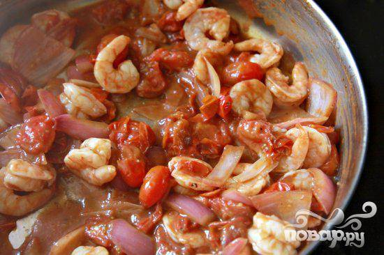 4. Добавить креветки в сковороду. Жарить до тех пор, пока креветки не станут розовыми.