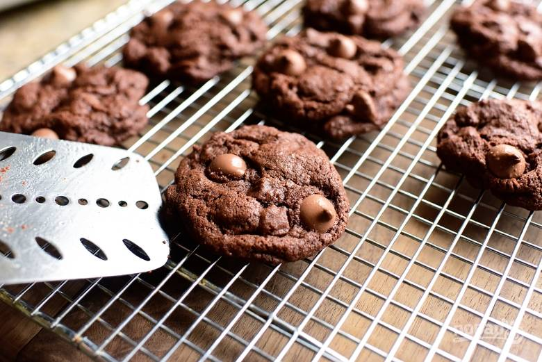 6. Выпекайте шоколадное печенье 10 минут при температуре 180 градусов.