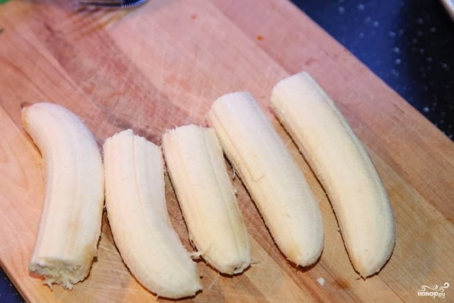 Банан почистите и порежьте.