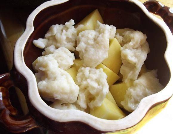 Поверх картошки в горшочки выкладываем клецки.