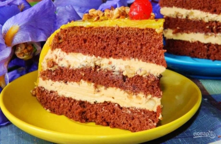 Соберите торт, прослаивая пропитанные коржи кремом и посыпая орехами. Готовому торту дайте время застыть и пропитаться в холодильнике в течение 4 часов. Украсьте торт по своему вкусу. Приятного чаепития!