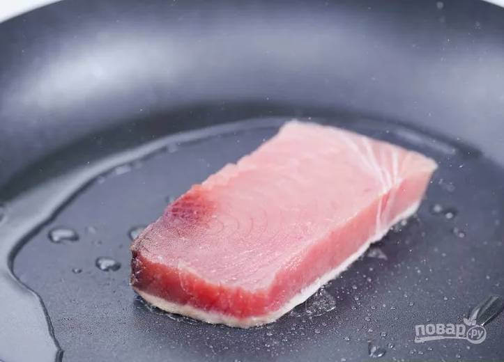 1.Первым делом разогреваю сковороду с добавлением оливкового масла, затем на хорошо разогретую поверхность выкладываю филе тунца. Обжариваю с каждой стороны по 4-5 минут.