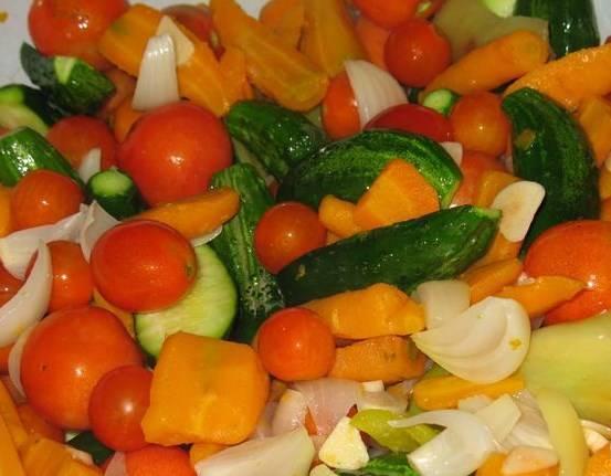 Затем все овощи, кроме фасоли и капусты, залейте остывшим маринадом, дайте им настояться пару дней (мне хватило 2 дня).