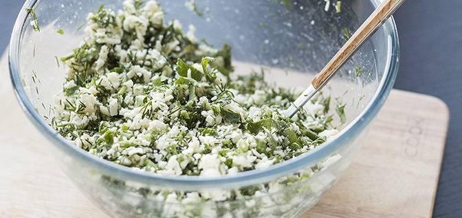 В большой чашке хорошо смешайте натертый творожный сыр, зелень, тертый чеснок, соль, перец. Если получается суховато добавьте майонез или сметану.