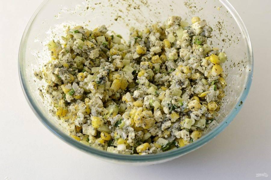 Заправьте салат постным майонезом, посолите и перемешайте. Дайте салату настояться в холодильнике минимум полчаса.