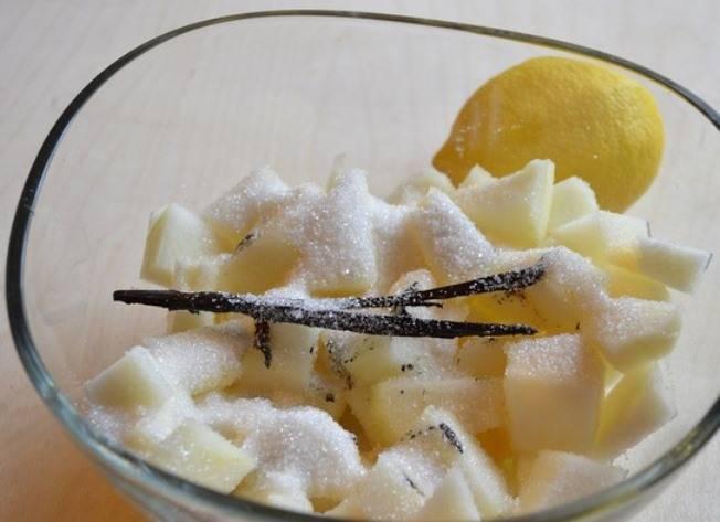 Добавьте стручок ванили, засыпьте сахаром и оставьте на пару часов пустить сок.