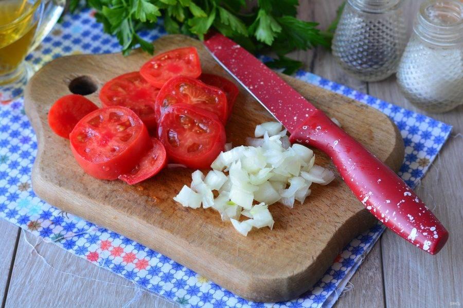 Помидоры также нарежьте кружочками, а лук - мелкими кубиками, он придаст блюду сочность.