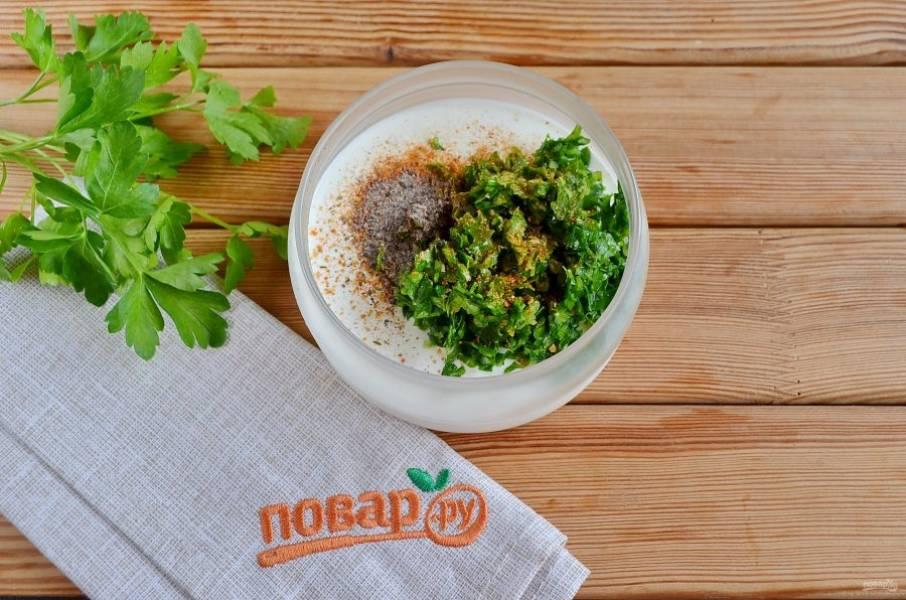 В сметану положите зелень с чесноком и перцем, добавьте соль, хмели-сунели, перемешайте. Соус готов.
