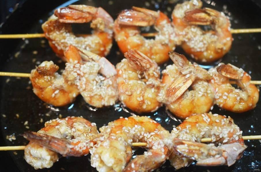 В большой сковороде разогрейте масло и обжарьте креветки по 3 минуты с каждой стороны.