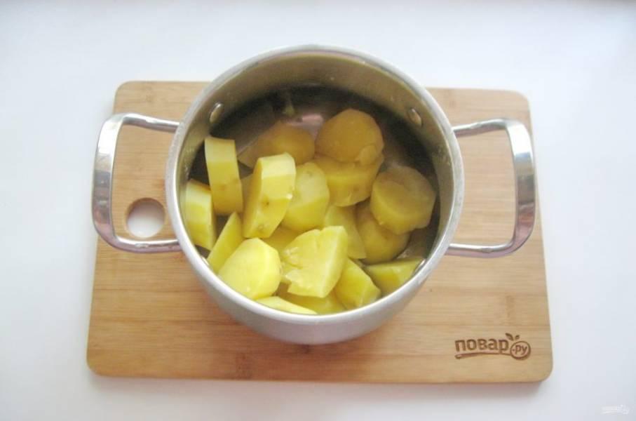 Варите до мягкости картошки. Хорошо сваренная картошка легко прокалывается вилкой или ножом. Отвар слейте, а картошку подсушите на минимальном огне 2-3 минуты.